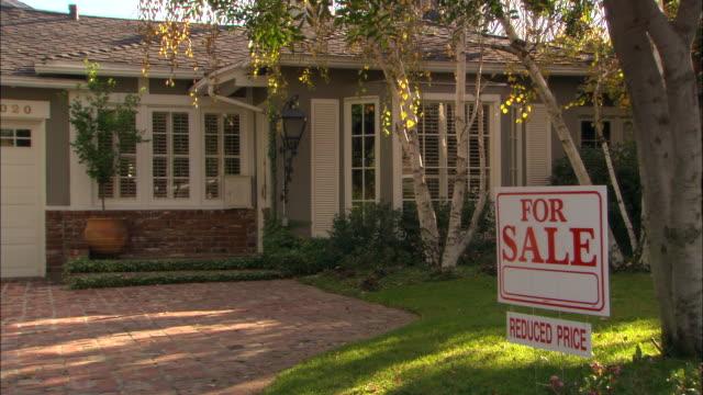 vídeos y material grabado en eventos de stock de ms, one story house with  for sale sign, los angeles, california, usa - propiedad inmobiliaria