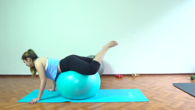 4 k : eine frau training mit pilates-ball - 20 24 jahre stock-videos und b-roll-filmmaterial