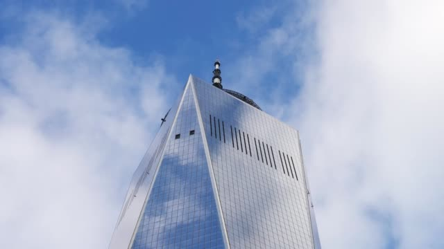 vídeos de stock, filmes e b-roll de one world trade center cloud time lapse - torre da liberdade nova iorque