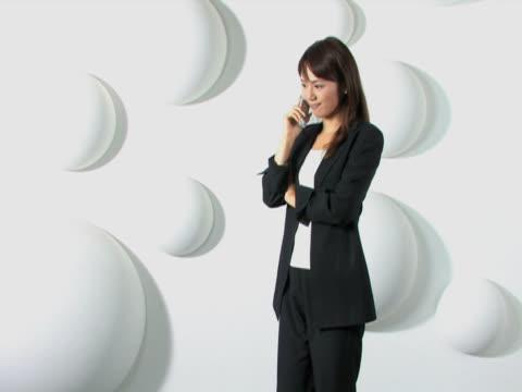 vídeos de stock e filmes b-roll de one young business woman is on the mobile phone - trabalhadora de colarinho branco