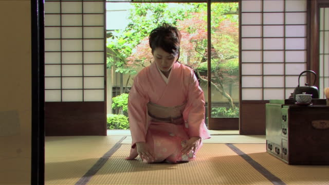one young woman wearing kimono is bowing - inchinarsi video stock e b–roll