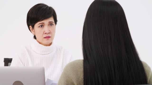 stockvideo's en b-roll-footage met one-to-one vergader / financiële advice.business ernstige ontmoeten. - tegenspoed