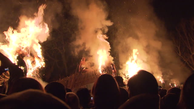 oniyo festival is annually held in daizenji tamatare shrine kurume city it has a history of more than 1600 years and one of the three major fire... - exorzimus stock-videos und b-roll-filmmaterial