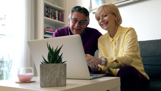 vídeos de stock, filmes e b-roll de chat online com a família - idoso na internet