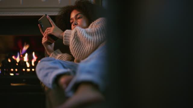vidéos et rushes de entreprise en ligne pour une journée confortable à la maison - foyer de cheminée