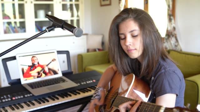 online gitarrlektioner hemma - 16 17 år bildbanksvideor och videomaterial från bakom kulisserna