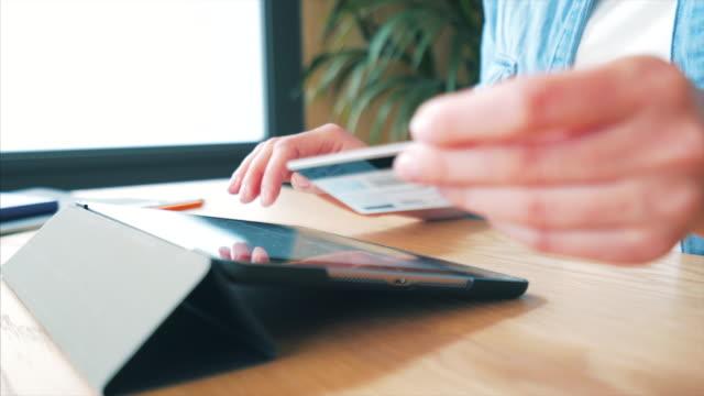 vídeos de stock, filmes e b-roll de online é muito mais fácil. - gastando dinheiro