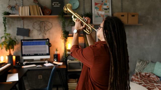 ホームスタジオからのオンラインジャズコンサート - レゲエ点の映像素材/bロール