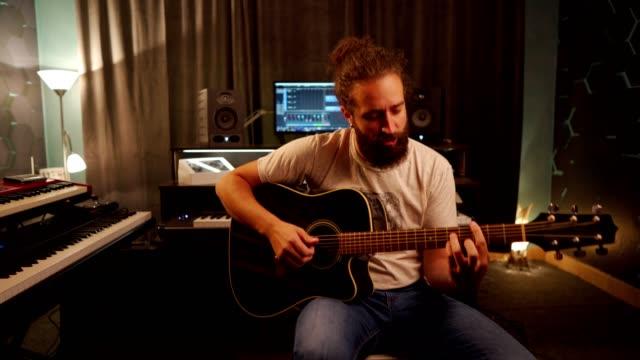 vídeos y material grabado en eventos de stock de clase de música en línea - guitarra