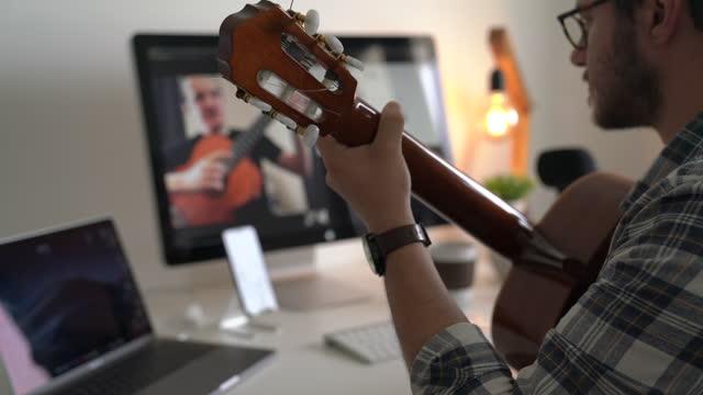 vídeos y material grabado en eventos de stock de lección de música en línea - músico