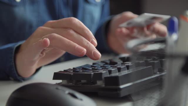 vídeos de stock e filmes b-roll de online payment - viciado em compras