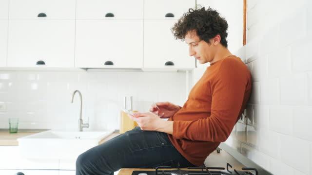 Online-Zahlung mit einem digital-Tablette.