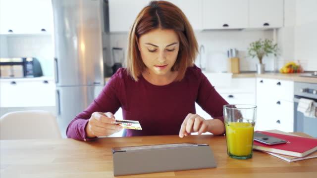 vídeos de stock, filmes e b-roll de pagamentos on-line. - loja de produtos eletrônicos