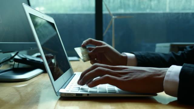 stockvideo's en b-roll-footage met online winkelen door input credit cardnummer te laptop, 4k(uhd) - wachtwoord