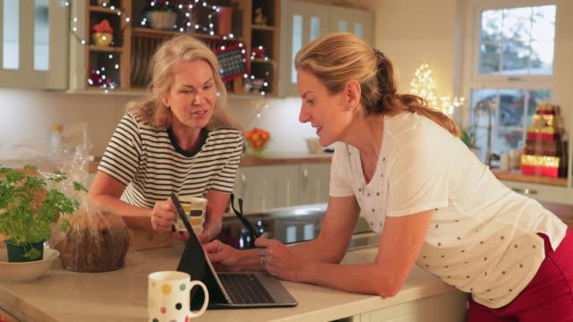online-shopping ist das beste - freundin stock-videos und b-roll-filmmaterial