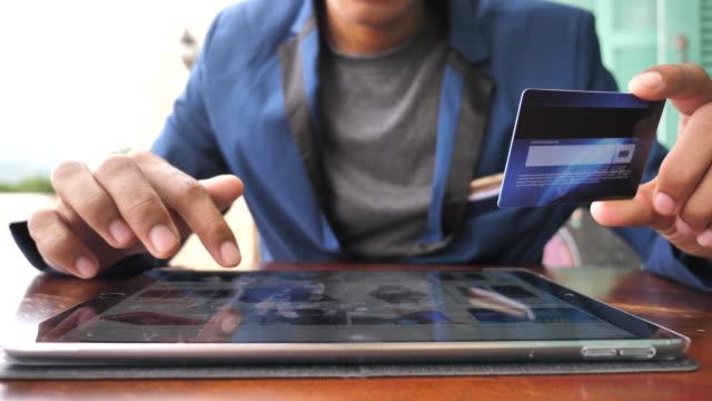 vidéos et rushes de achats en ligne sur tablette numérique avec carte de crédit - acheter