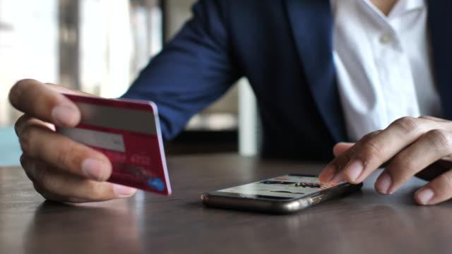 携帯電話でオンライン ショッピング - モバイル決済点の映像素材/bロール