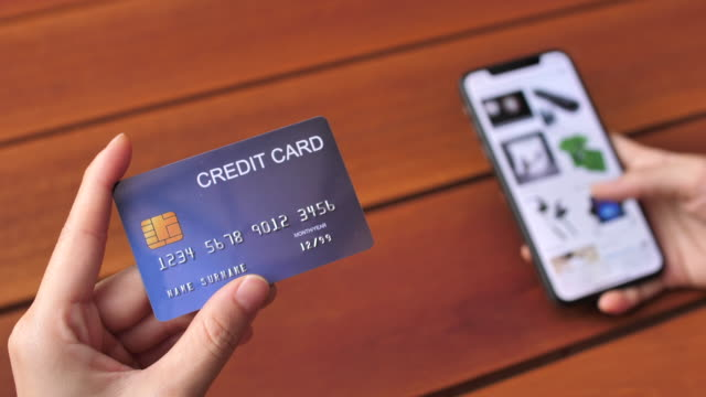 vídeos de stock, filmes e b-roll de compras online telefone inteligente - cartão de crédito