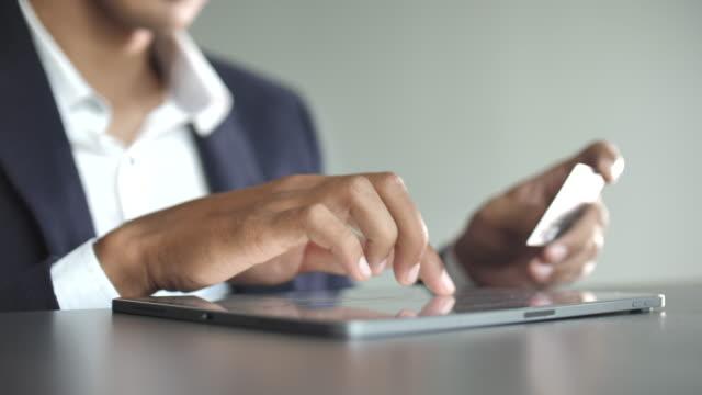 vidéos et rushes de achats en ligne avec tablette numérique - cartes à jouer
