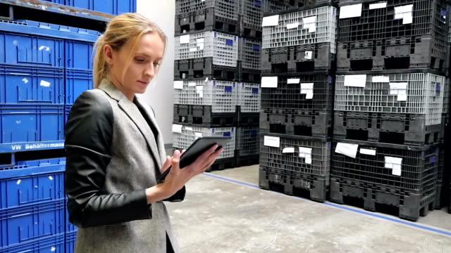 on-line di alimentazione in camera di spedizione - mercanzia video stock e b–roll