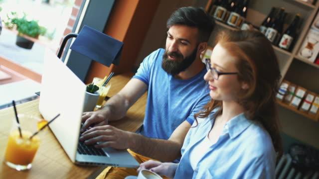 Online-Arbeit in einem Café.