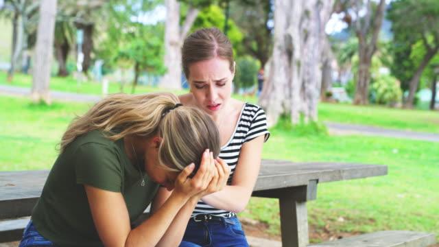 vídeos y material grabado en eventos de stock de sólo un amigo puede ayudarte a superar una ruptura - amistad femenina