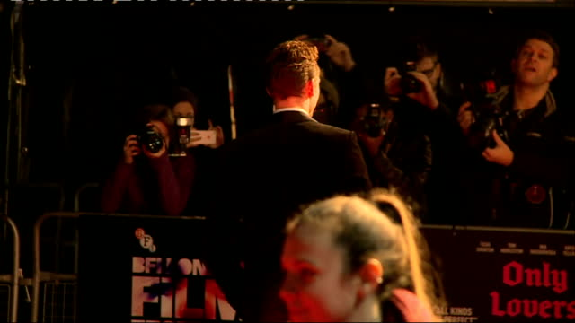 only lovers left alive premiere interviews; england: london: ext **beware flash photography** tom hiddleston signing autographs jeremy thomas... - autografare video stock e b–roll