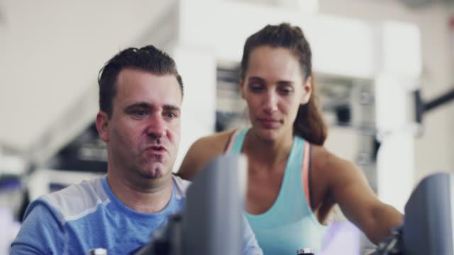 vídeos de stock, filmes e b-roll de eu só treino com o melhor - instrutor de fitness