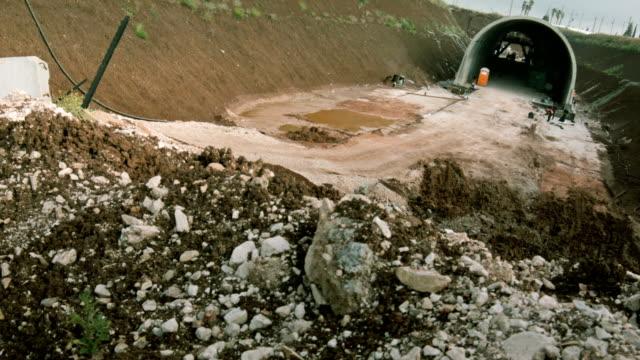 сonstruction crew training im graben bereit für tunnel - schützengraben stock-videos und b-roll-filmmaterial