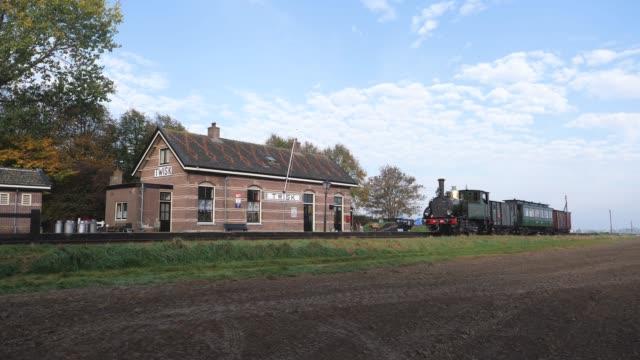 op 16 oktober 2018 reden tussen hoorn en medemblik op de lijn van de stoom tram hoorn medemblik weer originele stoomlocomotieven van de nederlandse... - polder stock videos and b-roll footage
