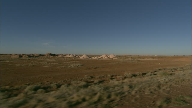 opal mine mounds rise above the plains at coober pedy. - coober pedy stock videos & royalty-free footage