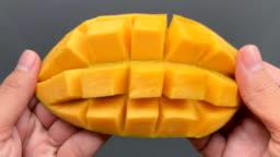 Open a cut mango in 4K resolution