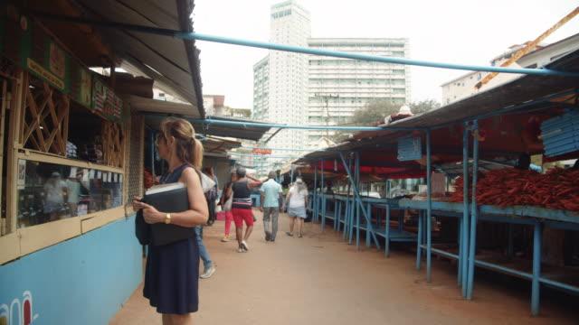 vídeos y material grabado en eventos de stock de open air market at havana cuba with focsa building on the background - abundancia