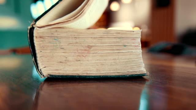 vídeos de stock, filmes e b-roll de abra um livro antigo - old book