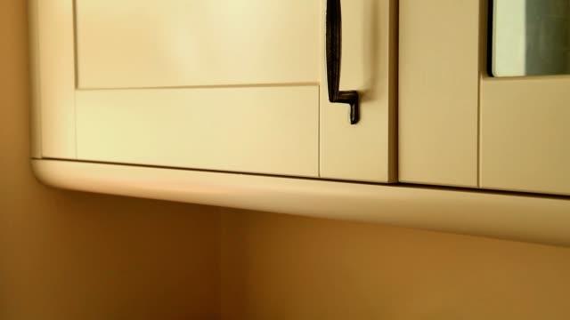 vidéos et rushes de open and shut the kitchen door of cupboard - placard