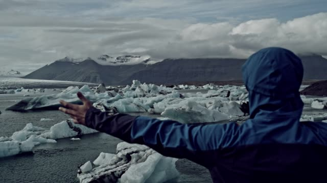 offenen armen auf einem gletscher - nur junge männer stock-videos und b-roll-filmmaterial