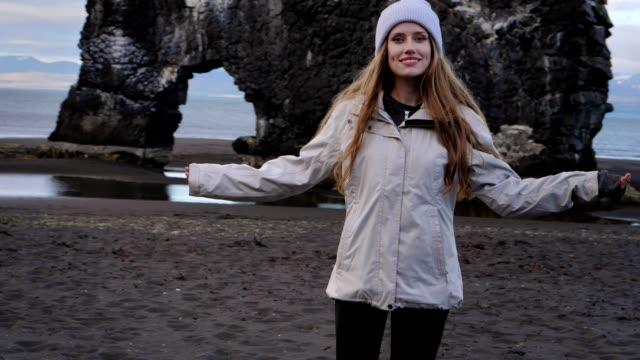 vídeos y material grabado en eventos de stock de brazos abiertos en la playa - sólo mujeres jóvenes