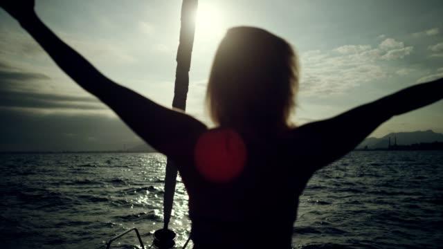 ヨットの上で両手を広げて - アウトドア点の映像素材/bロール