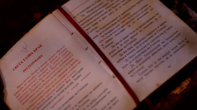 vídeos de stock, filmes e b-roll de aberto bíblia  - símbolo
