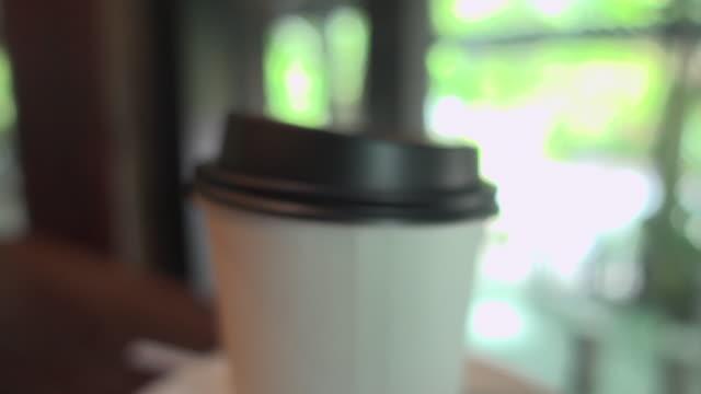 vidéos et rushes de open cap hot coffee in disposable cup dolly shot open cap hot coffee in disposable cup dolly shot open cap hot coffee in disposable cup dolly shot open cap - tasse