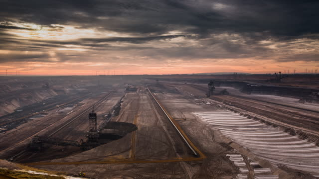 vídeos de stock e filmes b-roll de time lapse: open cast coal mine - mina de carvão