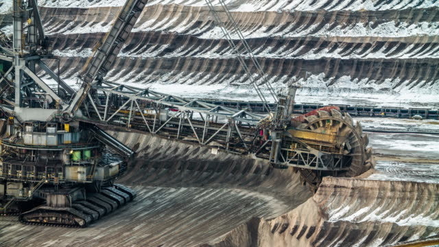 open cast coal mine with bucket wheel excavator - pala meccanica video stock e b–roll