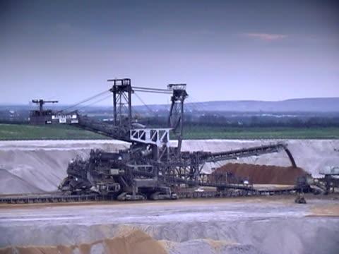 estrazione mineraria open cast di notte - veicolo per costruzioni video stock e b–roll