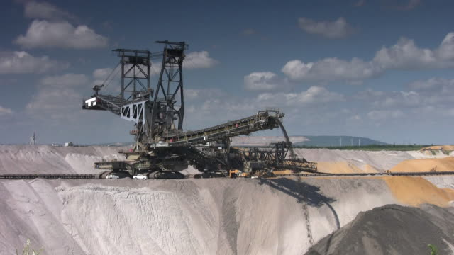 stockvideo's en b-roll-footage met open cast mining - bouwmachines