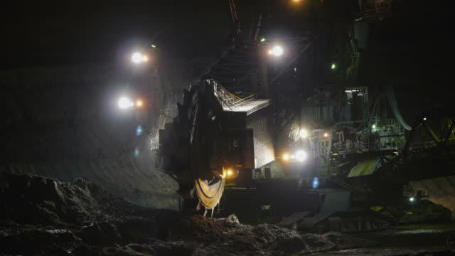 estrazione mineraria open cast - veicolo per costruzioni video stock e b–roll