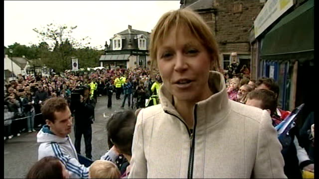 open champion andy murray receives hero's welcome in home town dunblane; reporter to camera - ダンブレーン点の映像素材/bロール