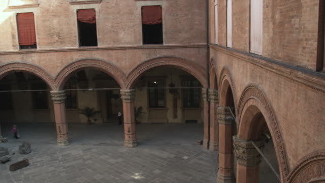 ws ha td pan open courtyard with arches / bologna, italy - palace stock-videos und b-roll-filmmaterial
