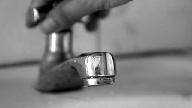 stockvideo's en b-roll-footage met open faucet but little water - droog