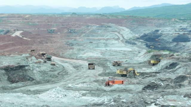 vidéos et rushes de mine de lignite ouvert. - camion benne