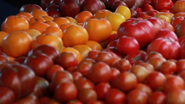 vidéos et rushes de marché ouvert-tomates à vendre - variété